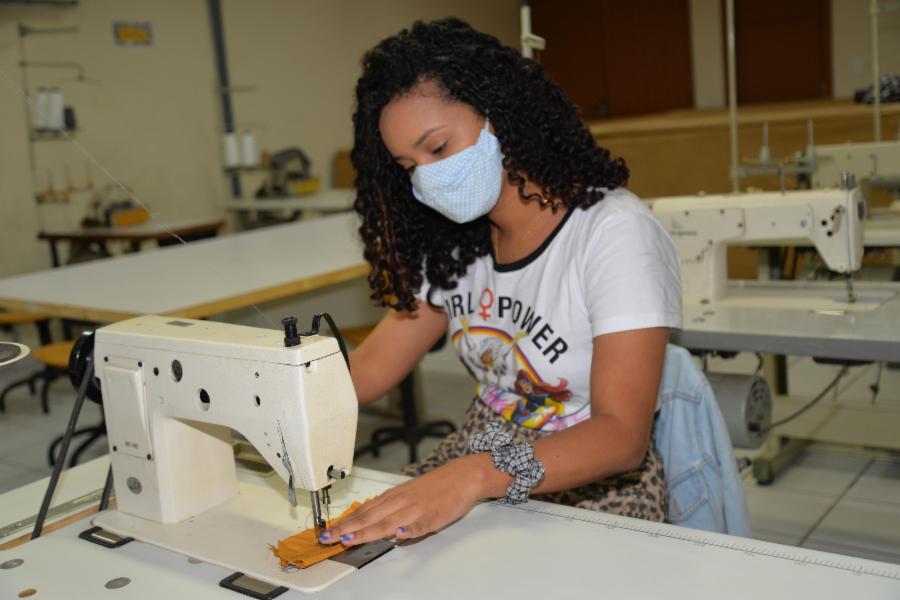 Começam as aulas da oficina de costura do Projeto Costurarte