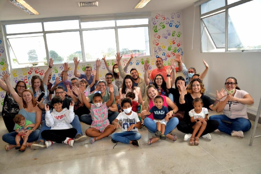 Dia das crianças: pais e filhos colorem paredes da Semma/Sedur