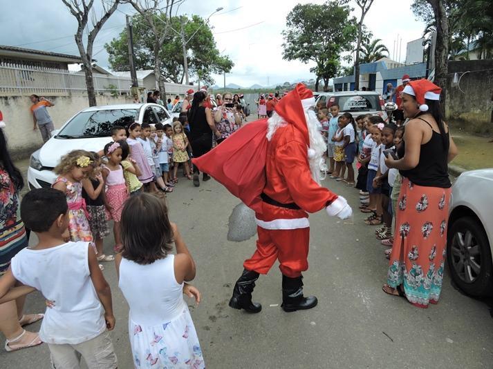 Comunidade doa brinquedos e Papai Noel faz a festa em Cmei da Serra