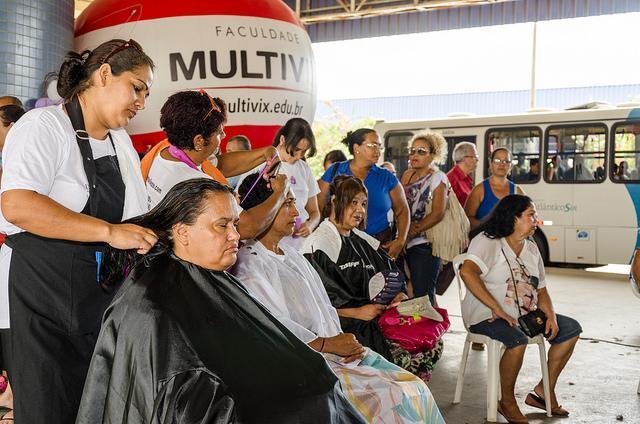 Penteados e aulas de dança para mulheres nesta quarta (22) no Terminal de Carapina