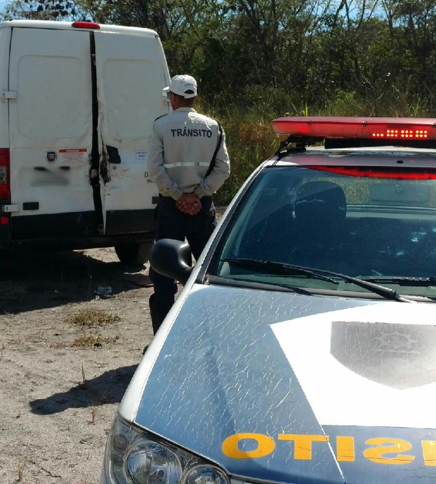 Agentes de trânsito recuperam carro roubado