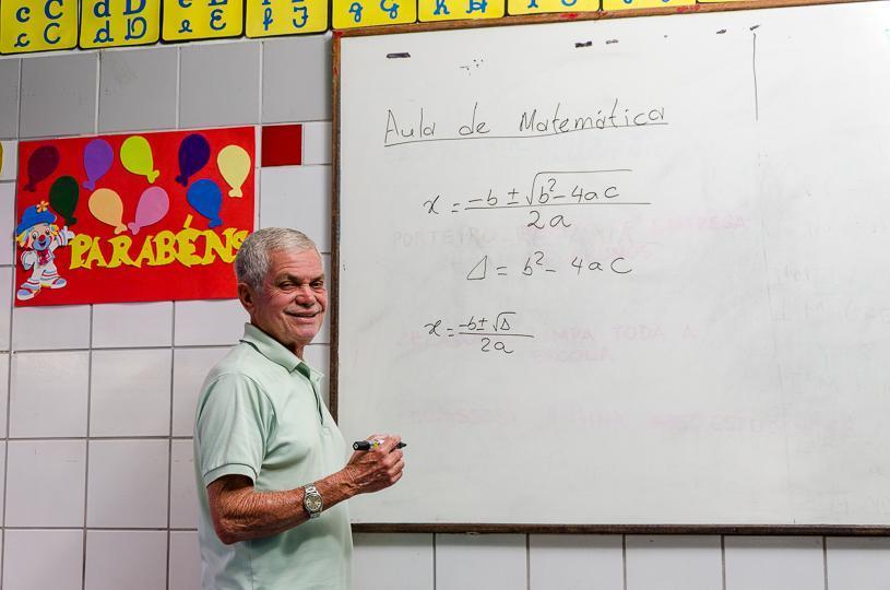 Aos 71 anos, professor Célio é exemplo de dedicação