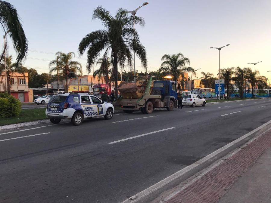 Fiscalização barra descarte ilegal de entulho na Serra